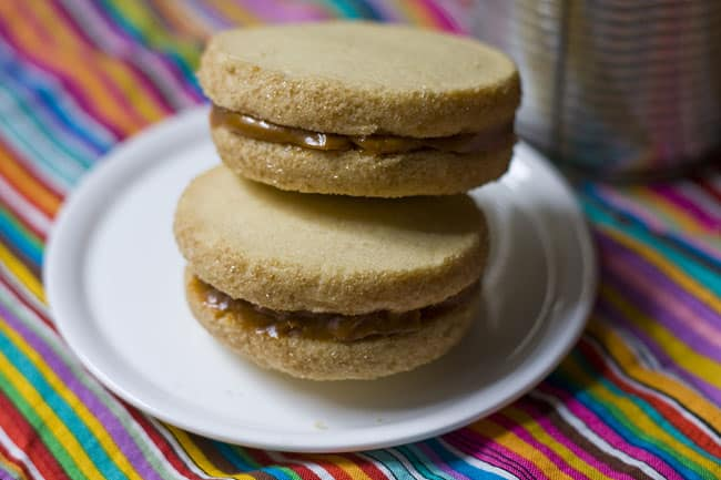 How to make semi-homemade alfajores | Get more #recipes from theothersideofthetortilla.com #cookies