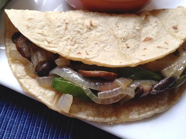 Vegetarian tacos de hongo, chile poblano y cebolla