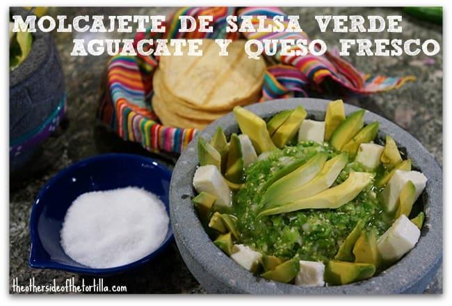 molcajete de salsa verde, aguacate y queso fresco, estilo El Cardenal