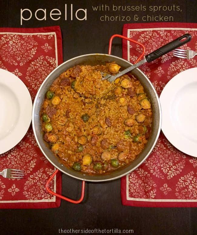 Paella de chorizo, pollo y coles de Bruselas
