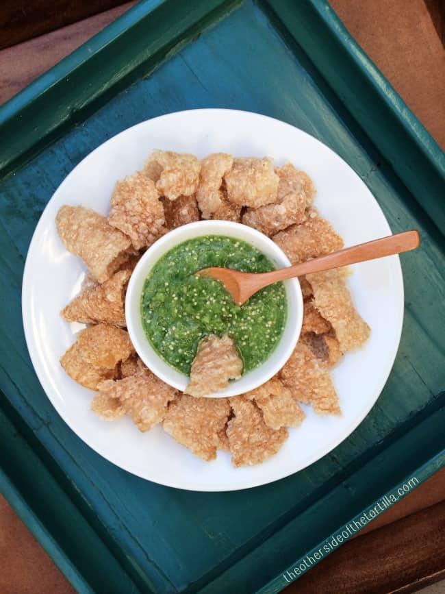 Botana de chicharrón con salsa verde
