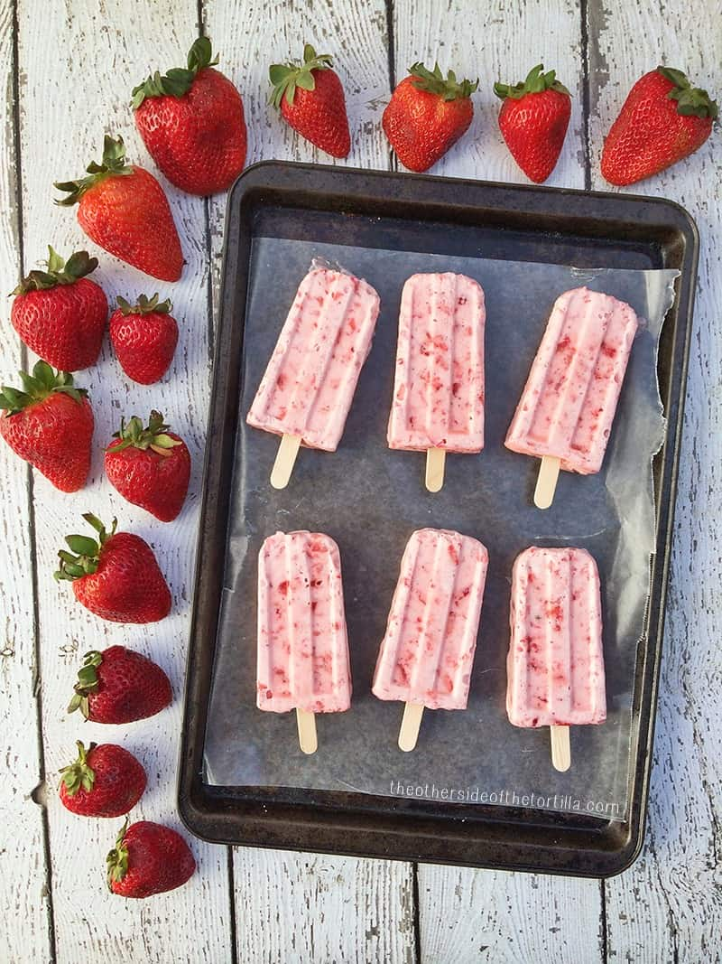 #Paletas de fresas con crema (Mexican strawberries and cream popsicles) #recipe from theothersideofthetortilla.com