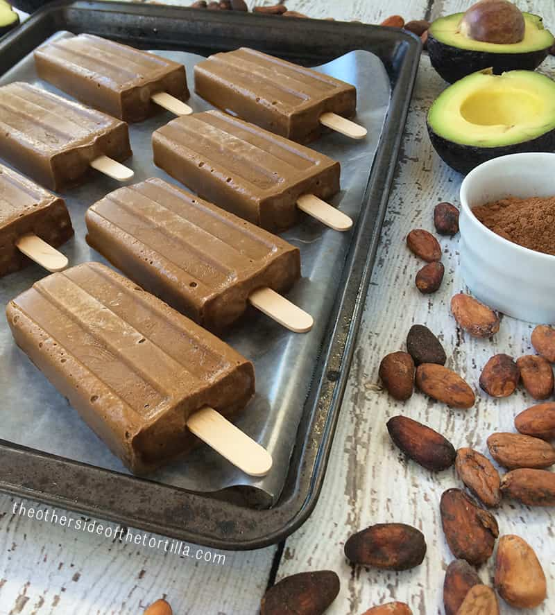 #Vegan fudge #popsicles made with avocado, raw cacao powder, coconut sugar and coconut milk. Get more #recipes from theothersideofthetortilla.com #paletas #receta #recipe