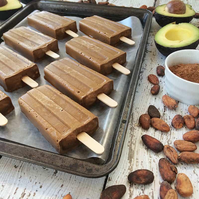 #Vegan fudge #popsicles made with avocado, raw cacao powder, coconut sugar and coconut milk. Get more #recipes from theothersideofthetortilla.com #paletas #receta #recipe