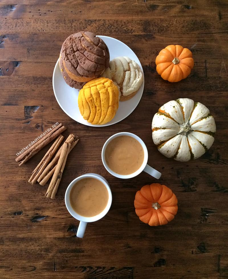 How to make Mexican atole de calabaza. A gluten-free hot beverage perfect for fall and winter! Recipe via theothersideofthetortilla.com.