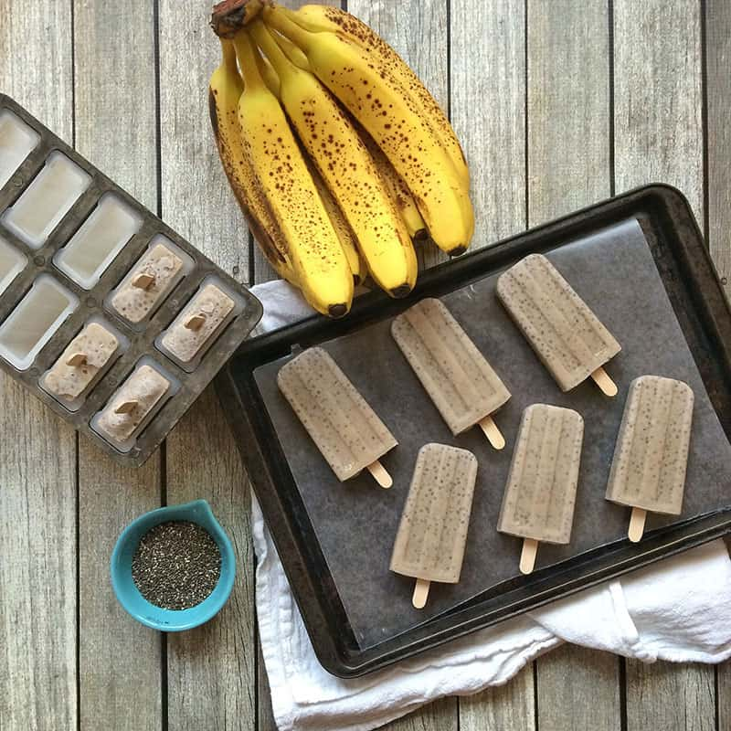 How to make banana, chia and coconut milk popsicles. This recipe is dairy-free and vegan-friendly! Via theothersideofthetortilla.com