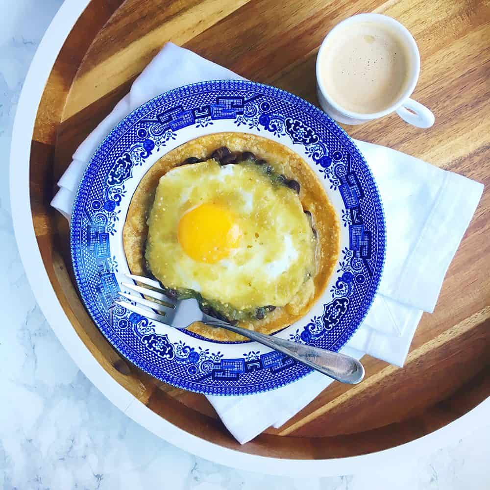 A huevos rancheros recipe so easy you can make them on a Monday morning! Recipe via theothersideofthetortilla.com